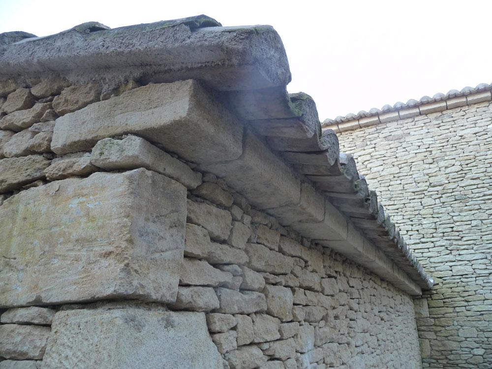 Corniche en pierre de pays extraite et taillée sur place à Gordes