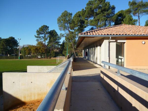 Réalisation des vestiaires et locaux associatifs pour la commune de Roussillon par Luberon Batiment, spécialisé en construction de bâtiments d'activités.