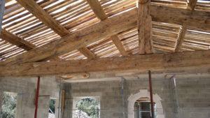 Charpente et ferme bois de récupération fabriqués sur site par Luberon Batiment, entreprise spécialisée en rénovation et neuf.