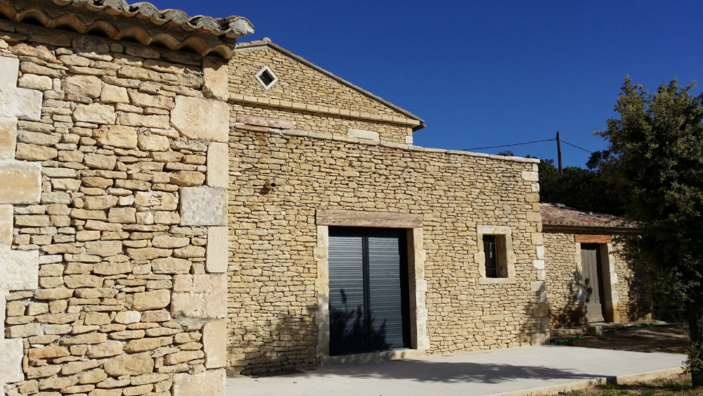 Génoise en pierre taillée extraite du site par Luberon Batiment, entreprise spécialisée en construction en pierre.