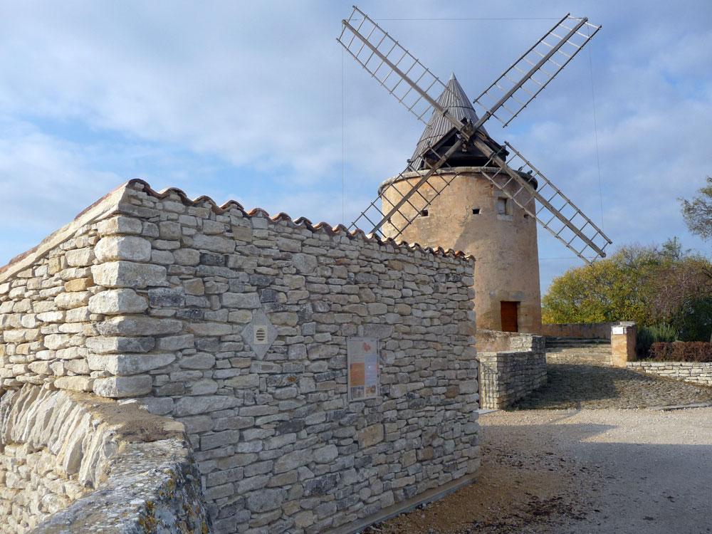 Construction d'un local communal en pierre à Goult par Luberon Batiment, entreprise spécialisée en construction de bâtiments d'activités.