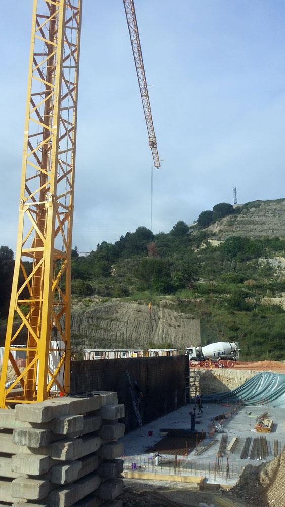 Construction d'un bassin de crue d'eau pluviale en béton banché intégré sous la zone d'exploitation de l'entrepôt frigorifique à Nice (06).