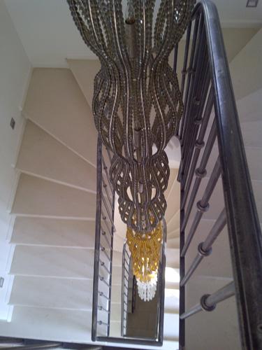 Escalier en pierre sur 3 niveaux dans rénovation d'une maison de village par Luberon Batiment, entreprise spécialisée en rénovation.