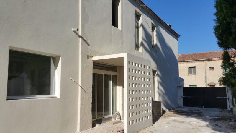 réalisation d'un moucharabieh en béton blanc architectonique préfabriqué sur site